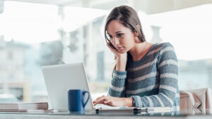 Chica buscando en el ordenador trucos para atraer al lector.